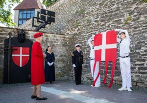 Tanskan kuningatar Margareeta II (vas.) vieraili kesäkuussa Tallinnassa muun muassa kuvan Tanskan kuninkaan puutarhassa.