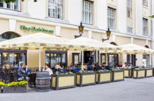 Dublinerin terassilla Tallinnan vanhankaupungin laidalla on myös savuton puoli.