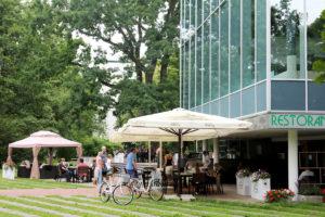 Rantapuiston laidalla sijaitseva Oregano-ravintola tarjoilee kreikkalaisia herkkuja.
