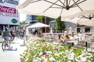 Carmen Cafen terassi Rotermannin keskusaukiolla on loistopaikka katsella alueen ihmisvilskettä ja nauttia auringosta.