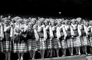 Vuoden 1960 laulujuhlien komeaa laulajarivistöä.
