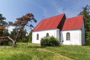 Yli 700-vuotias Pyhän Olavin kirkko on saaren tunnetuimpia nähtävyyksiä.