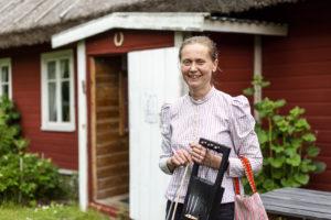 Vormsin vironruotsalaiseen historiaan voi tutustua museossa, jota emännöi Marju Tamm. Kuvassa hänellä on kädessään saaren perinnesoitin jouhikko.