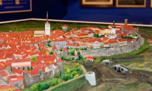 Tallinnan kaupunginmuseossa on nähtävänä vuoden 1825 Tallinnaa esittelevä pienoismalli, josta on helppo hahmottaa myös muurien sijainti.