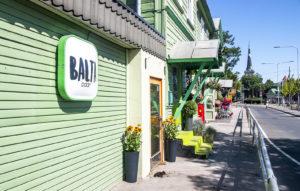 Baltian asematoria (Balti Jaama Turg) vastapäätä ratikkapysäkin kupeessa on avattu Balta Baar.