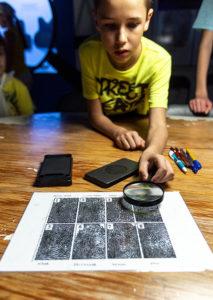 Rakveren poliisimuseossa pääsee tutkimaan, mitä sormenjäljistä voi saada selville.