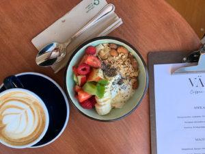 Värav Coffee and Toast tarjoilee muun muassa herkullisia aamiaisia.