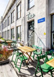 Tru Kitcheniin pääsee Tallinnan keskustasta kätevästi ratikalla.