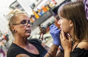 Saksalainen Leonie Krist otti Wilma Schlizewskin studiossa tatuoinnin alahuulen sisäpuolelle.