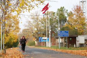 Maa vaihtuu Iklassa melko huomaamattomasti. Kablin kylästä on Latvian rajalle noin 15 kilometrin kävelymatka.