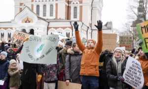 Virolaiset lapset ja nuoret kerääntyivät ilmastolakkoon Tallinnan Toompean mäelle viime maaliskuussa. Fridays for Future -lakkoja on järjestetty säännöllisesti ruotsalaisen ilmastoaktivistin Greta Thunbergin innoittamana Tallinnan lisäksi myös Tartossa.