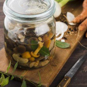 Toreilta voi ostaa sieniä myös valmiina säilykkeinä.