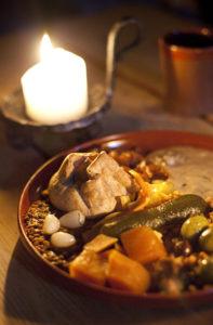 Keskiaikaisten syöminkien toisessa kattauksessa oli tyypillisesti paistia lisukkeineen.
