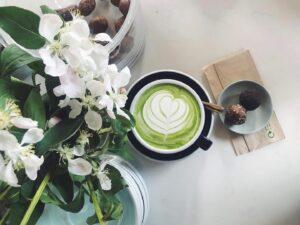 Värav Coffee and Toast panostaa väreihin ja raikkaisiin makuihin. Tarjolla on muun muassa matcha-teetä.