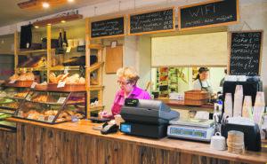 Kalamaja Pagarikodan leipomo sijaitsee kahvilan kanssa samoissa tiloissa.