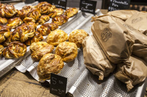 Kahvila Röstin kanelipullat (vasemmalla) ja briossien kaltaiset juustoleivonnaiset vievät kielen.