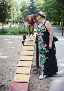 """Suvi Hankiala Joan-koiransa kanssa Tallinnan keskustan Politseiaia park -puiston koirapuistossa. """"Tallinna on koiran kanssa huippupaikka! Ravintoloissa tuodaan koiralle aina vesikippo"""", Hankiala kiittää."""