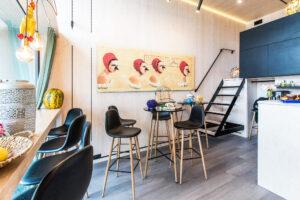 Kuvan KODA Caféssa ja muissa KODA Parkin ruokapaikoissa on mukava istua laivan lähtöä odottelemassa.