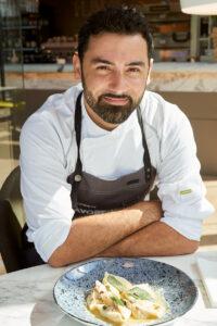 Ristorante Flavoren italialainen keittiömestari Stefano Cozzetto ammentaa ruokiinsa inspiraatiota isoäitinsä opeista. Kokenut keittiömestari on aikaisemmin työskennellyt muun muassa Australiassa ja Norjassa.