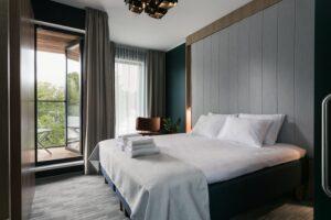 Hotellihuoneet ovat avaria ja valoisia. Ne ovat saaneet kiitosta myös tyylikkäästä sisustuksestaan.