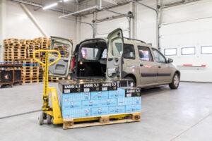 Pre-order-tilaukset tuodaan Tallinnan noutopisteessä kuormalavalla auton viereen.