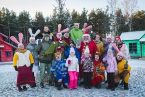 Lottemaan joulukylässä voi käydä moikkaamassa teemapuiston hassuja hahmoja. Ohjelmassa on myös musiikkia ja teatteria.