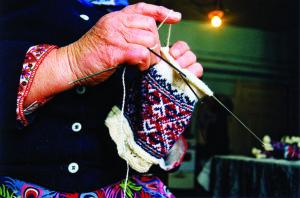 Kihnun joulupuu -markkinoilla voi seurata, miten taidokkaasti syntyvät esimerkiksi perinteiset kihnulaiset villasukat.