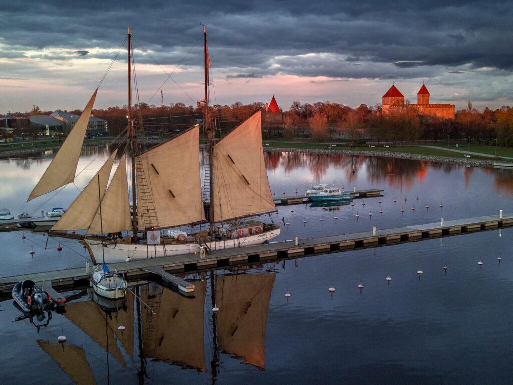 Hoppet-kaljaasilla voi purjehtia vaikkapa ihailemaan auringonlaskua.