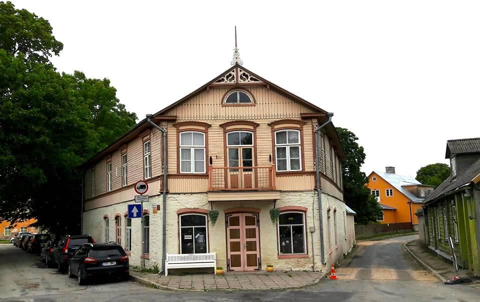 """Jaana Oulasvirta emännöi legendaarista Viieristimajaa Haapsalussa. """"Talon alakerrassa on toiminut ainakin konditoriakahvila, kapakka ja veterinär apteek"""", hän kertoo."""