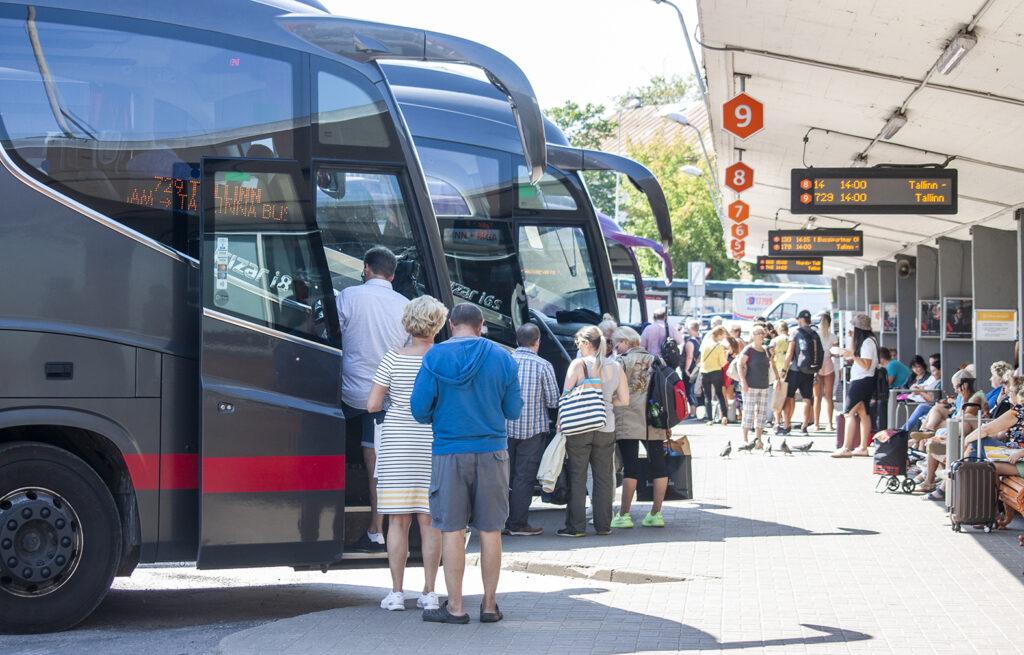Tallinnan bussiasemalla riittää väkeä etenkin iltaisin.