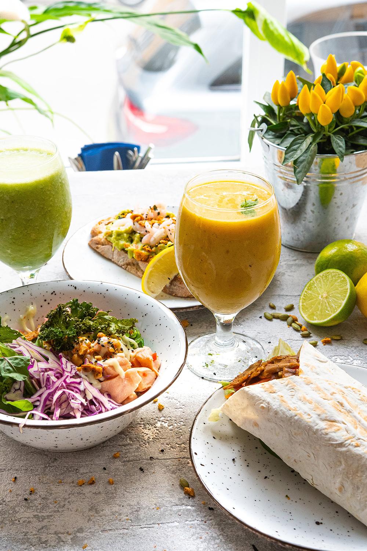 Värikkäät ja maistuvat poke-salaatit ja wrapit ovat kahvilan parasta antia.