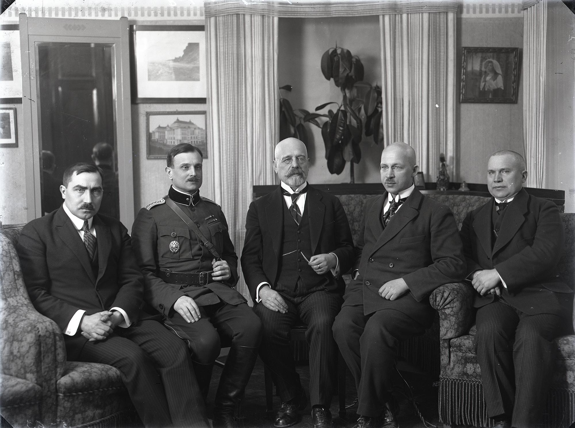 Viron valtuuskunta Tarton rauhanneuvotteluissa: Ants Piip (vas.), Jaan Soots, Jaan Poska, Julius Seljamaa ja Mait Püümann.