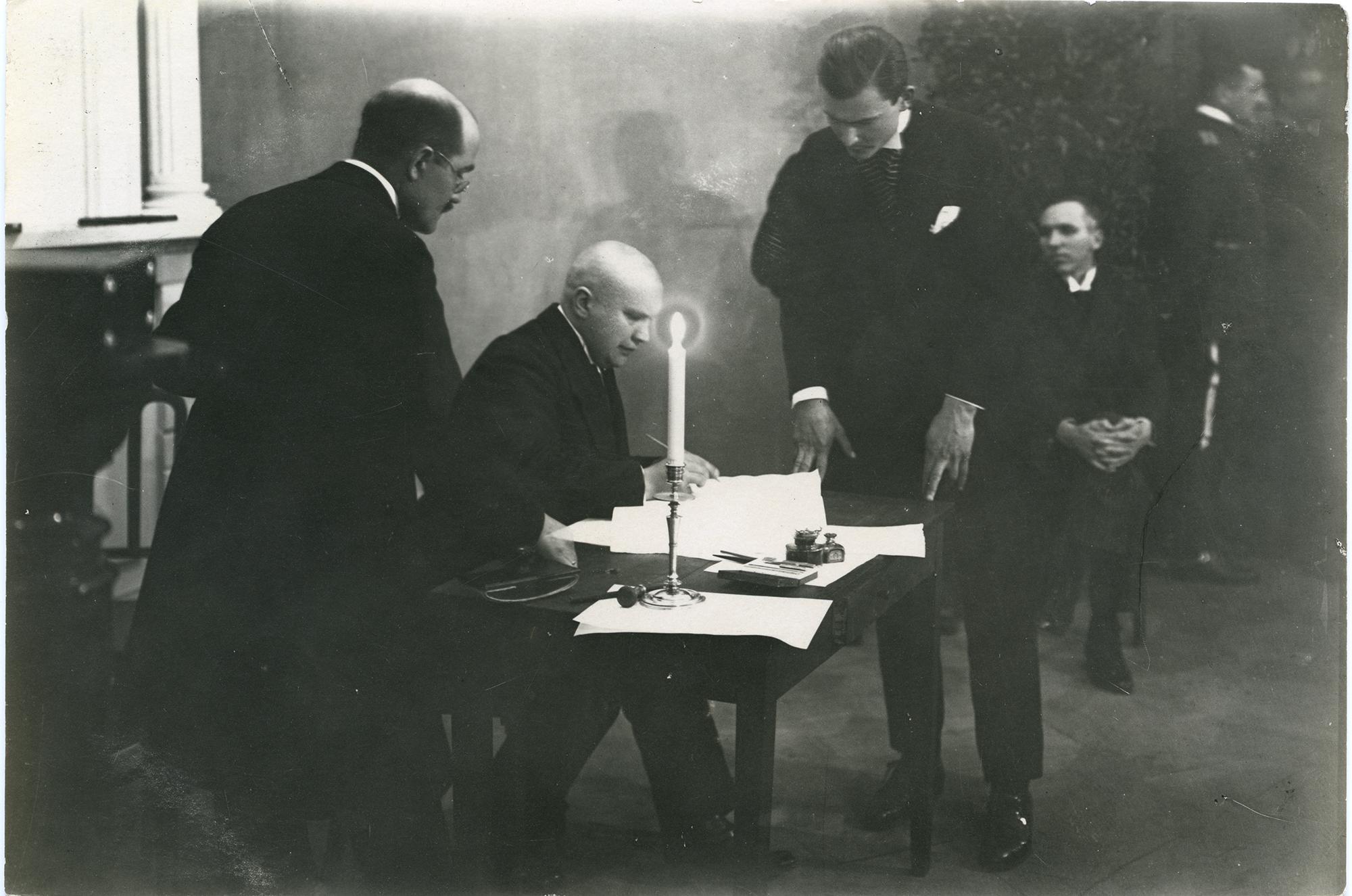 Viron valtuuskunnan jäsen Mait Püümann allekirjoittamassa Tarton rauhansopimusta.