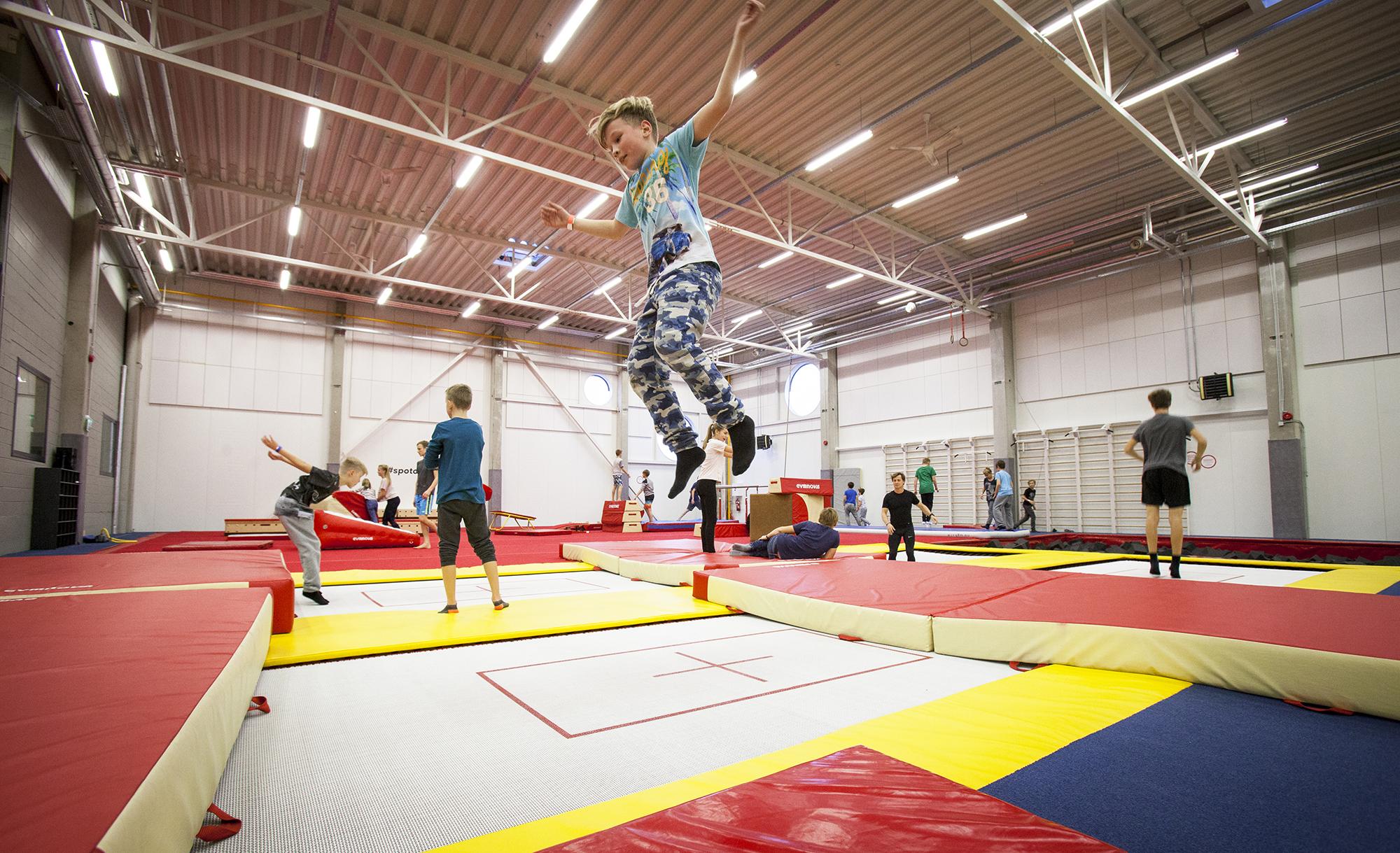Akrobatia-alueella on eri kokoisia trampoliineja ja muita voimisteluvälineitä. Maailmalla menestynyt virolainen freestyle-hiihtäjä Kelly Sildaru on usein harjoitellut Spot of Tallinnassa.