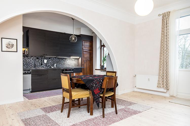 2019 tuunatussa versiossa vain huonekalut ja seinän kaaret ovat entiset.