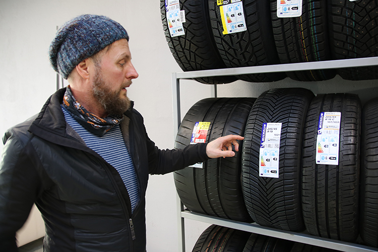 """Savirehvid myy Michelinin ja saman tuoteperheen renkaita, myös budget-luokan renkaita, Olavi Talu kertoo. """"Esimerkiksi Michelinin CrossClimate on yksi suosituimmista malleista."""""""