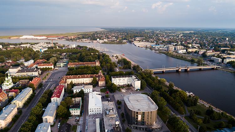 Nykyinen Pärnun keskusta on kuvan etualalla. Tekstissä kuvailtu vanhan Pärnun alue on joen toisella puolen, mutkan kohdalla.