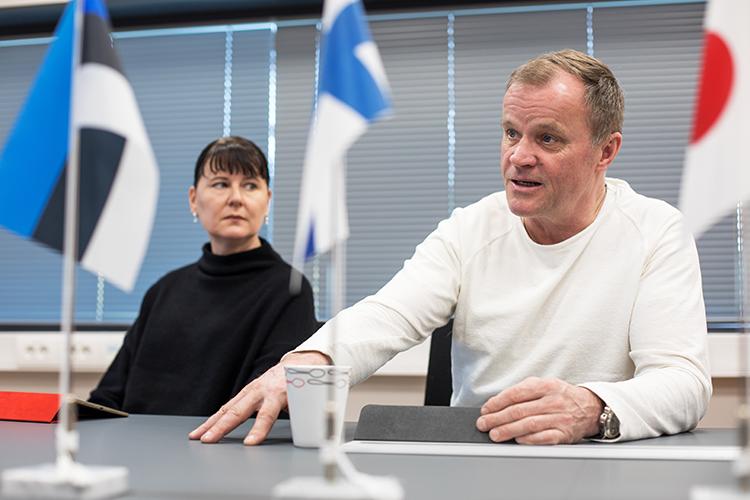 Tommi Mäkinen Racingin kokoushuoneen pöydällä on Viron, Suomen, Japanin ja Saksan liput. Suomalais-virolainen yritys tekee tuotteita japanilaiselle rallitallille, jonka autojen moottorit tulevat Saksasta.