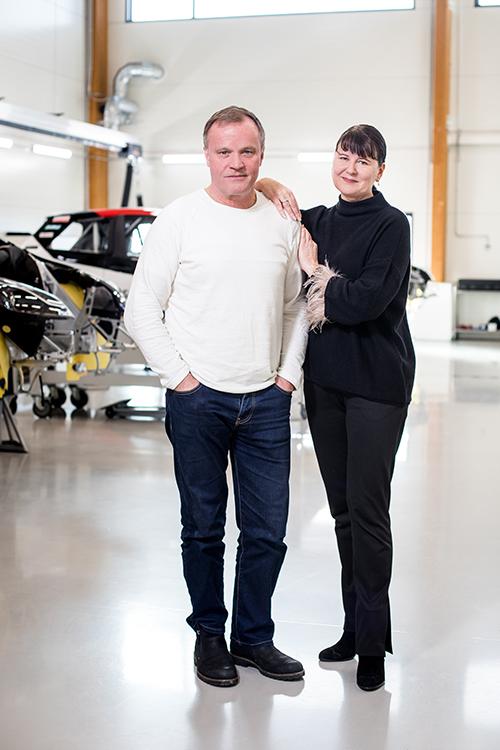 Ei öljyläiskiä tai trasselituppoja: maailman nopeimpia ralliautoja valmistetaan laboratoriomaisen puhtaissa oloissa. Tommi Mäkisen ja Mia Miettisen taustalla on autoja, joilla kiidetään tulevissa WRC-ralleissa.